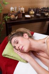 Frau entspannt bei der Massage