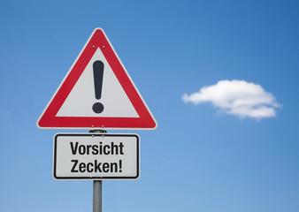 Achtung Schild mit Wolke VORSICHT ZECKEN!