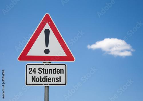 Achtung Schild mit Wolke 24 STUNDEN NOTDIENST