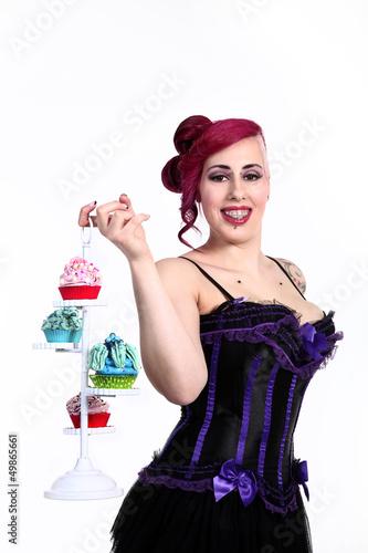 Junge sexy Frau mit Spange bringt Cupcakes