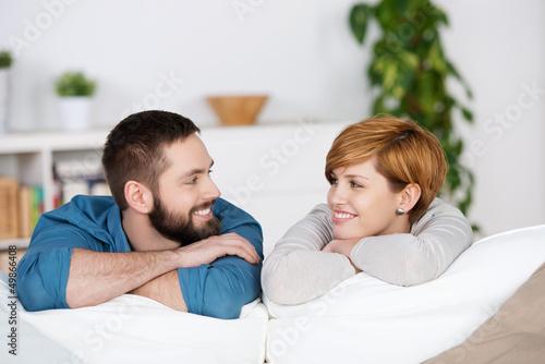 lachendes paar schaut sich an