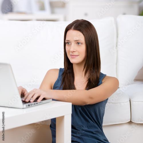 frau arbeitet zuhause am laptop