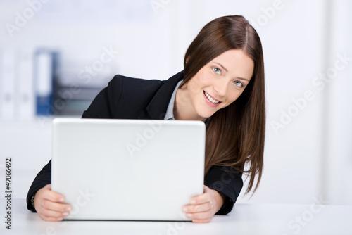 junge geschäftsfrau arbeitet am laptop