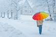 Frau mit Schirm im Winter