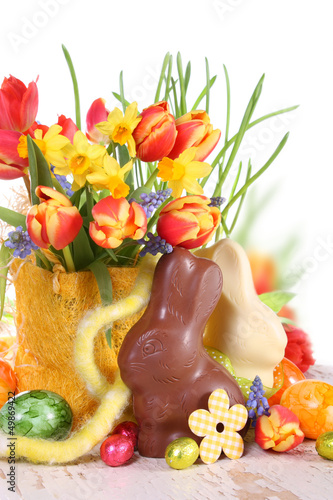 Freundliche Osterdeko mit Osterhasen und Blumen - 49869422