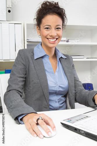Attraktive dunkelhaarige Geschäftsfrau