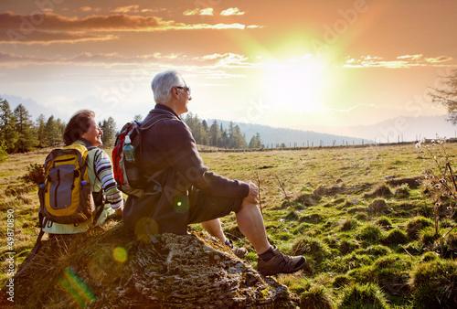 Leinwanddruck Bild senioren beim wandern im Sonnenuntergang / autumn hiking 18