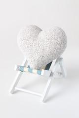 Herz beim Relaxen auf Klappstuhl