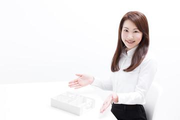 住宅の模型を見せる女性