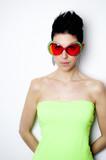 Attraktive Frau mit roter Sonnenbrille