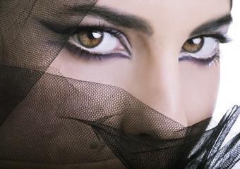 Sguardo di donna con tulle nero