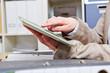 Finger berührt Touchscreen vom Tablet Computer