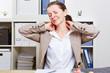 Frau mit Verspannung im Nacken gibt sich Massage