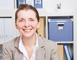 Portrait einer älteren Frau im Büro