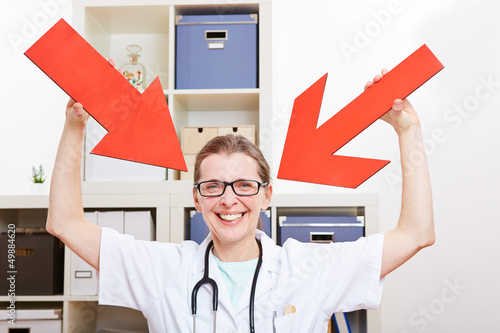 Doktor zeigt mit zwei Pfeilen auf sich