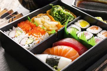 bento box mit Sushi und rolls