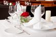 Leinwanddruck Bild - festlich gedeckter tisch in einem restaurant