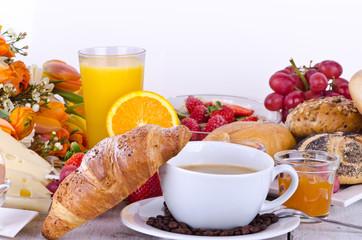 Leckeres, vielfältiges Frühstück am Morgen genießen