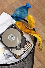 Festplatte im Papierkorb - Daten Vernichtung