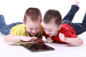 Kinder mit Tablet-PC 2