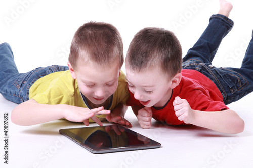 Kinder mit Tablet-PC 2