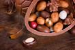 Großes Schokoei gefüllt mit Pralinen und Ostereiern
