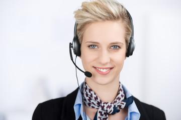 lächelnde geschäftsfrau telefoniert mit headset