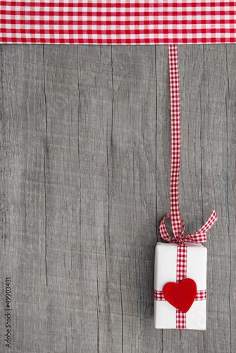 Geburtstagskarte -  Landhausstil mit Geschenk in Rot und Weiß