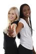 Glückliche schwarze und weiße Frau mit Daumen hoch