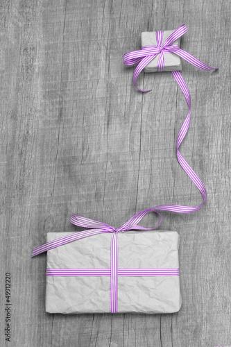 Liebevoll verpacktes Geschenk mit rosaroter Schleife