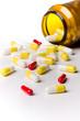 Pillen liegen vor Medikamentendose