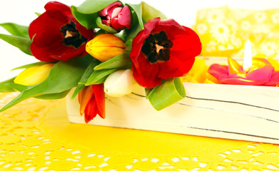 Bunte Tulpen und Kerzenschein