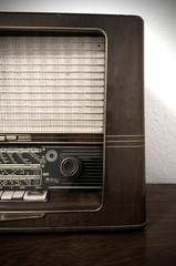 Altes Radio, Vintage Radio aus Holz auf Kommode