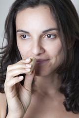 Frau riecht am Weinkorken