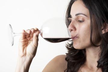 Frau probiert Wein