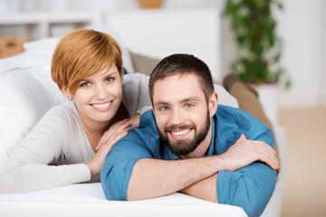 junges paar liegt auf dem sofa
