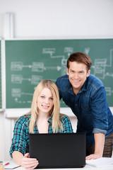 zwei schüler arbeiten zusammen am laptop