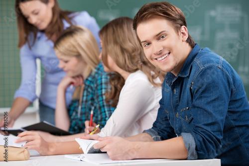lächelnder schüler in der klasse