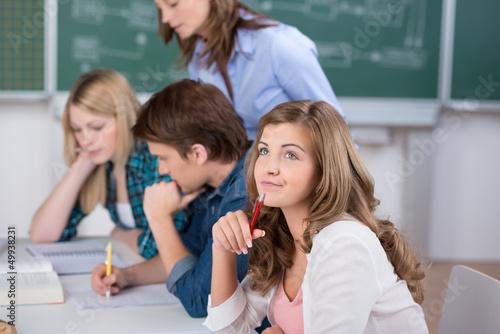 nachdenkliche schülerin im unterricht