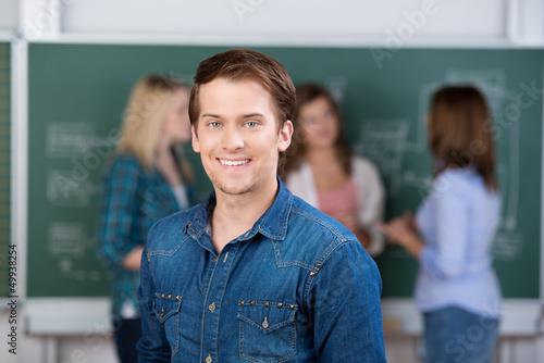 lächelnder student in der universität