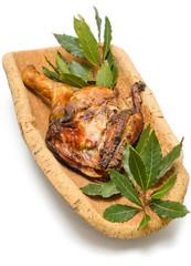 Maiale arrosto su vassoio di sughero, cucina sarda