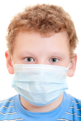 Мальчик в защитной маске