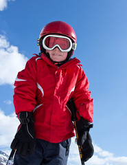 Portait d'un jeune skieur (6-8 ans)