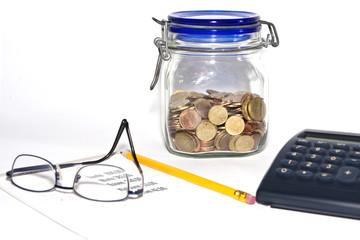 Kalkulieren mit Taschenrechner, Stift mit Euromünzen
