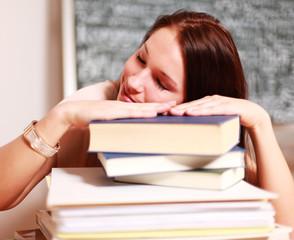 junge Schülerin mit Büchern