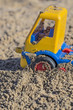 Spielzeugauto im Sandkasten