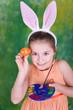 Kleiner Osterhase bemalt Eier