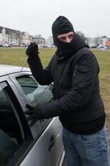 Vermummter Mann bricht Auto auf #bn