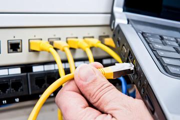 Netzwerkkabel an Notebook anschließen #bn