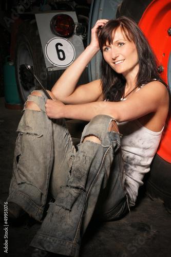 lächelnde Frau in einer Werkstatt